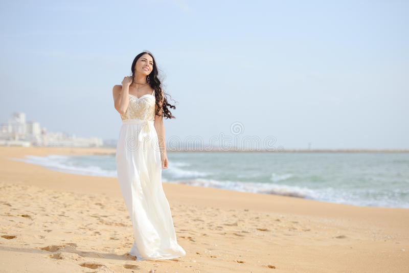 Mooi sexy elegant wijfje op de strandachtergrond royalty-vrije stock foto's