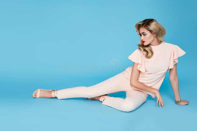 Mooi sexy jong bedrijfsvrouwen blond haar die met avondsamenstelling een de schoenen van het bedrijfs kledingskostuum hoogste en  stock foto