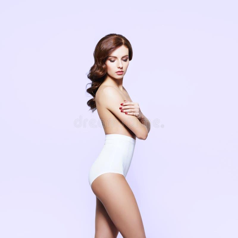 Mooi, sexy, jong meisje die topless stellen geïsoleerd op wit stock foto