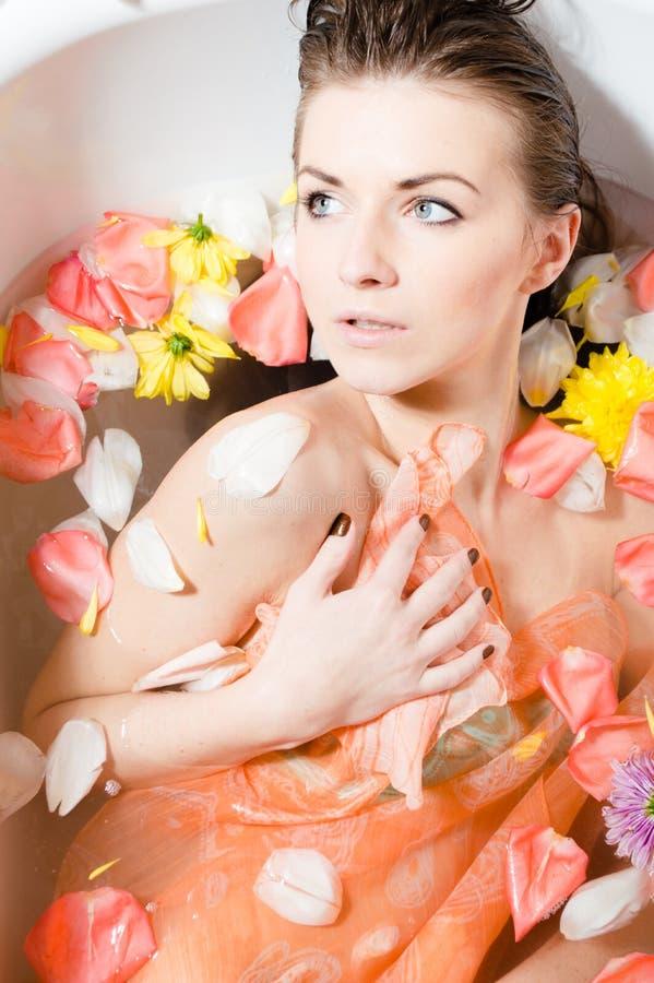 Mooi sexy jong wijfje in bad met bloemen. royalty-vrije stock foto