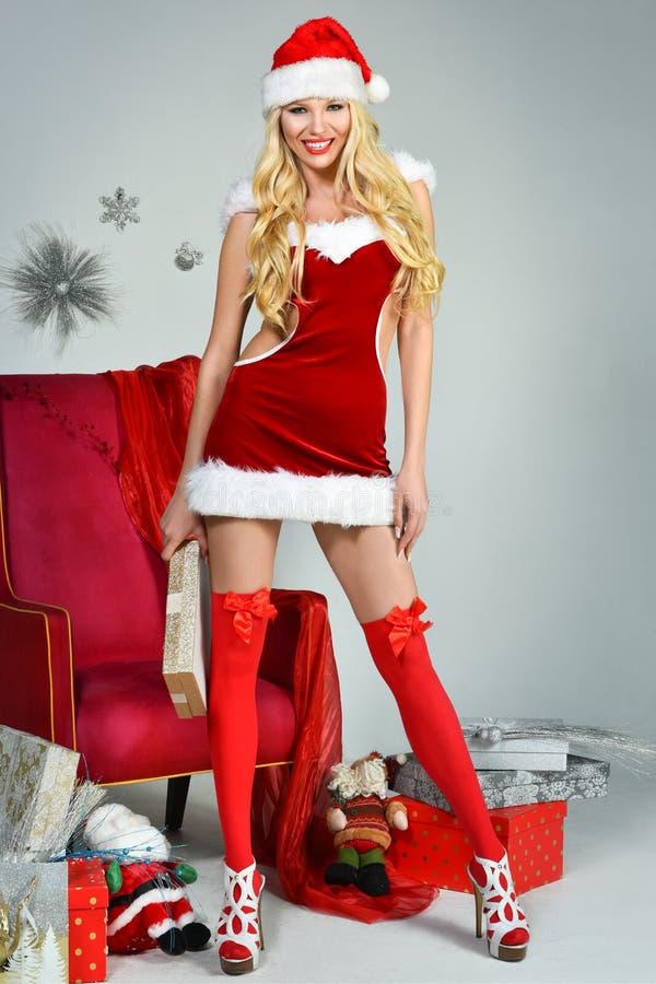 Mooi sexy meisje dat de kleren van de Kerstman draagt royalty-vrije stock fotografie