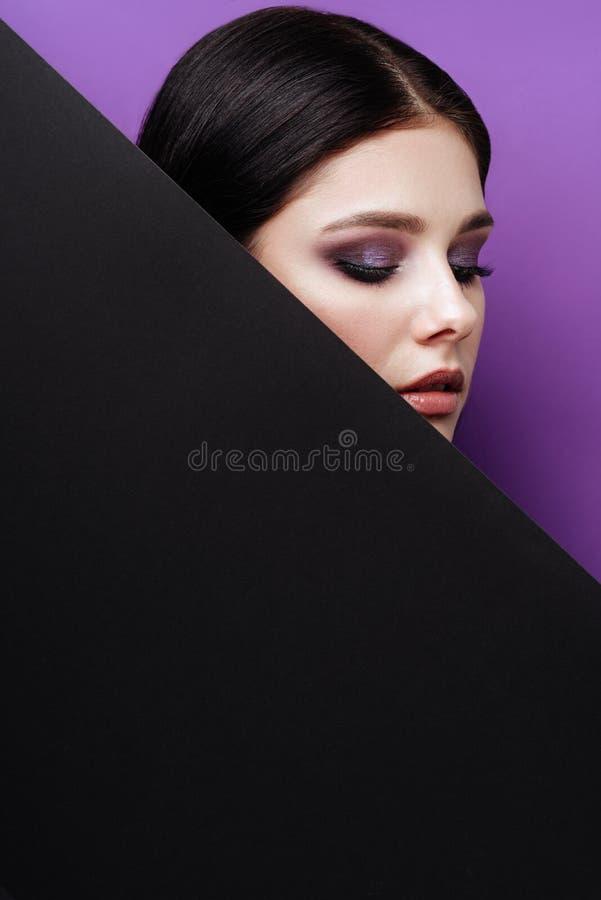 Mooi sexy meisje met professionele avondmake-up, perfecte glanzende huid, donker haar stock foto