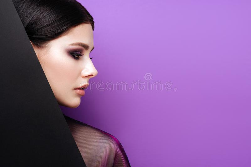 Mooi sexy meisje met professionele avondmake-up, perfecte glanzende huid, donker haar stock fotografie