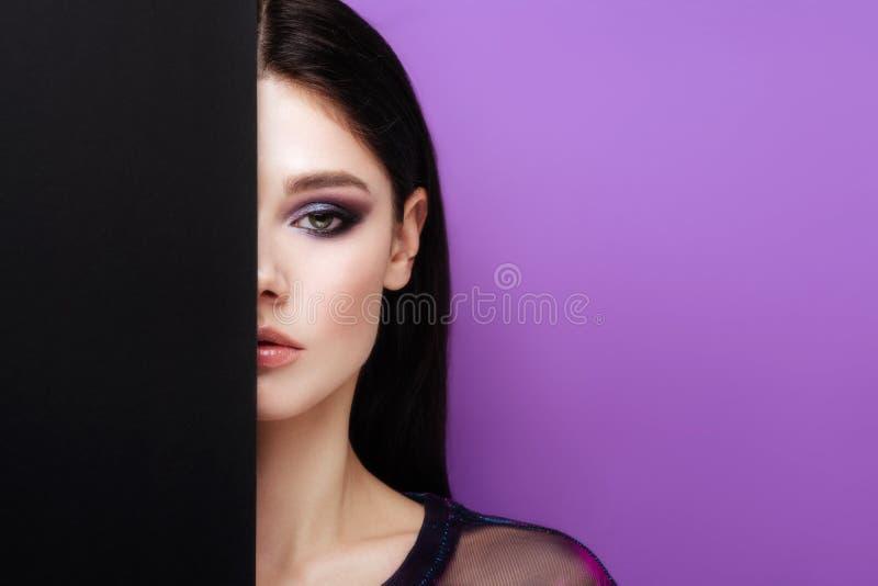 Mooi sexy meisje met professionele avondmake-up, perfecte glanzende huid, donker haar royalty-vrije stock afbeelding