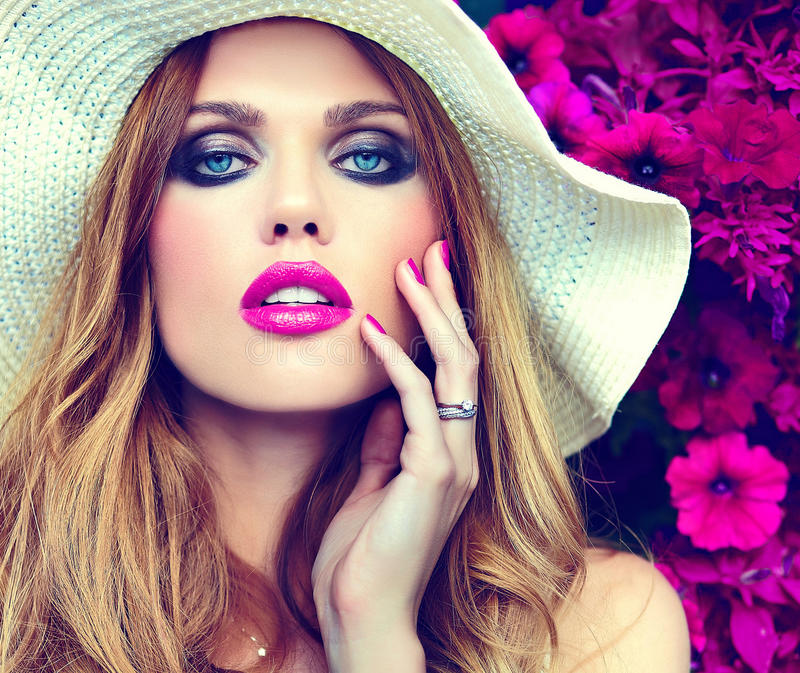 Mooi sexy modieus blond model dichtbij heldere bloemen stock afbeeldingen