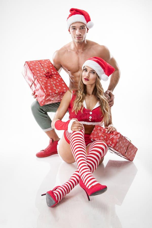 Mooi sexy paar in de kleren van de Kerstman royalty-vrije stock afbeelding