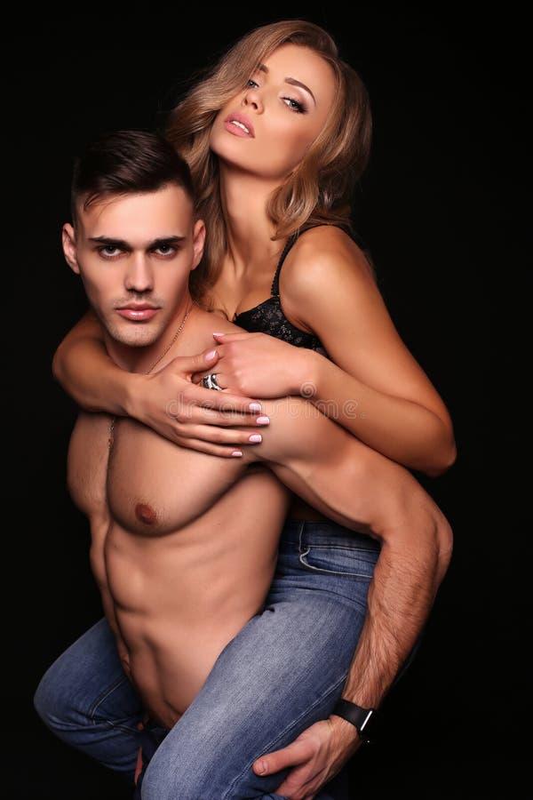 Mooi sexy paar schitterende blonde vrouw en knappe man royalty-vrije stock afbeelding