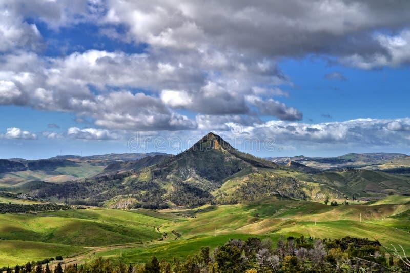 Mooi Siciliaans Landschap met Monte Formaggio in de Voorgrond, Mazzarino, Caltanissetta, Italië, Europa stock foto
