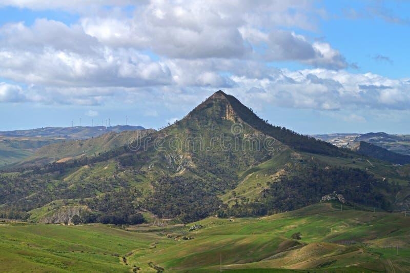 Mooi Siciliaans Landschap met Monte Formaggio in de Voorgrond, Mazzarino, Caltanissetta, Italië, Europa stock fotografie
