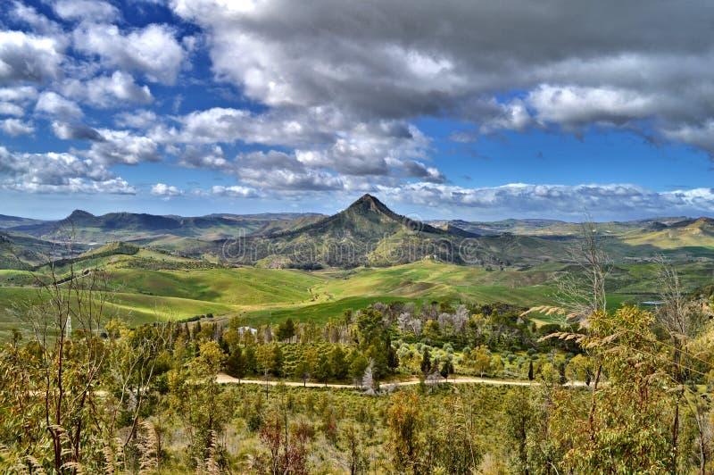 Mooi Siciliaans Landschap met Monte Formaggio in de Voorgrond, Mazzarino, Caltanissetta, Italië, Europa royalty-vrije stock afbeeldingen