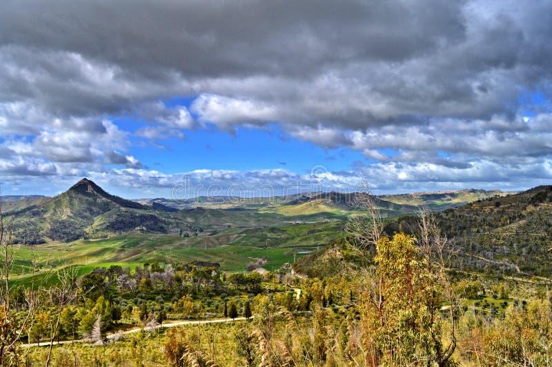 Mooi Siciliaans Landschap met Monte Formaggio in de Voorgrond, Mazzarino, Caltanissetta, Italië, Europa stock afbeelding