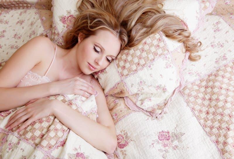 Mooi slaapmeisje stock fotografie