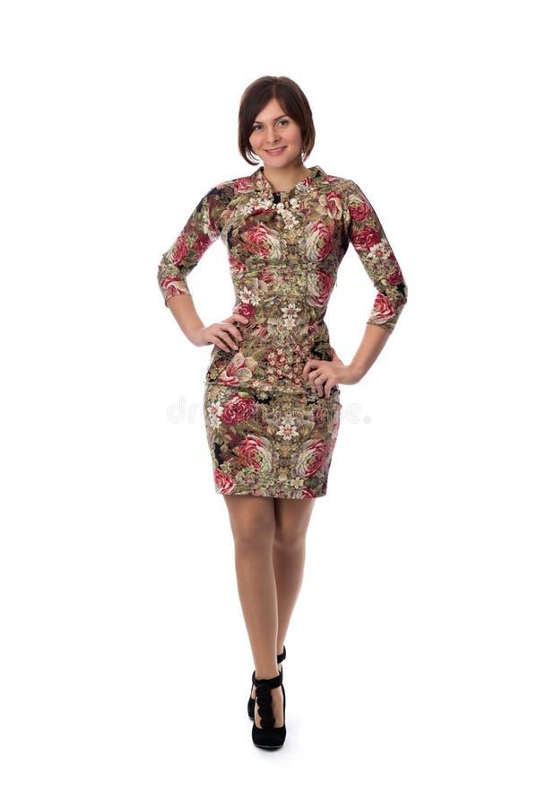 Mooi slank meisje in een kleding met een patroon aan zijn volledige hoogte royalty-vrije stock foto