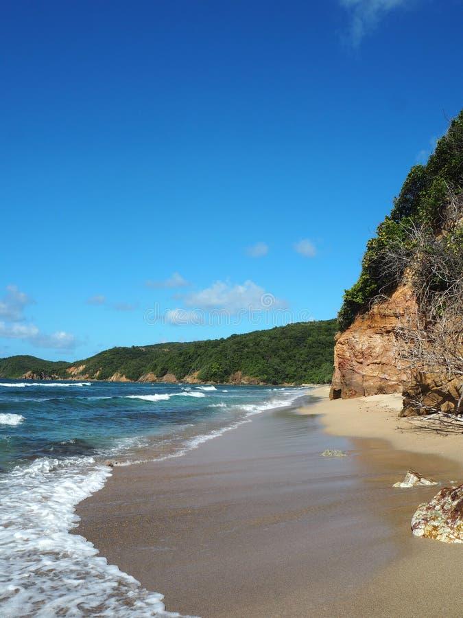 Mooi smal en verlaten strand op het Eiland Martinique stock foto's