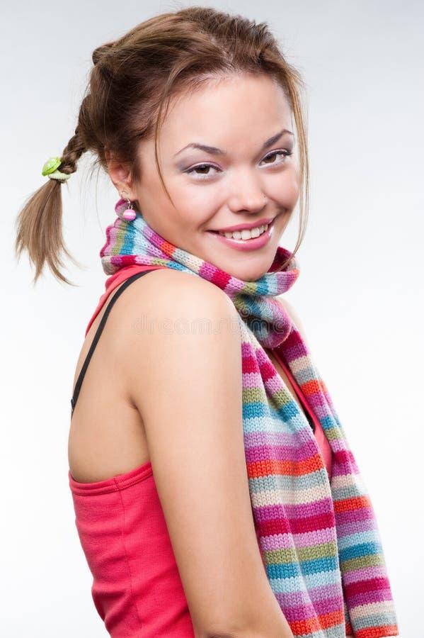 Mooi smileymeisje in gestreepte sjaal stock foto's