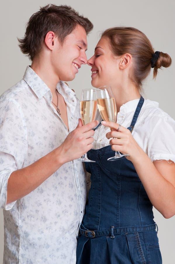 Mooi smileypaar met champagne royalty-vrije stock afbeeldingen