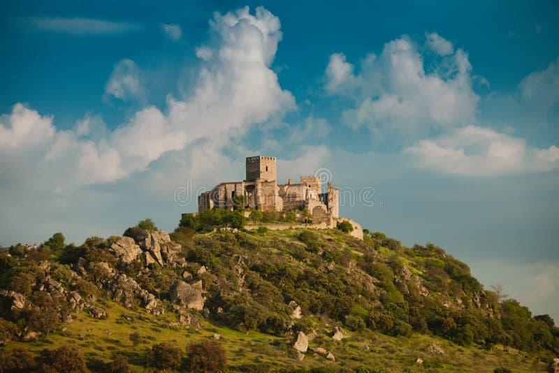 Mooi Spaans oud kasteel over een heuvel en een mooie hemel royalty-vrije stock afbeeldingen