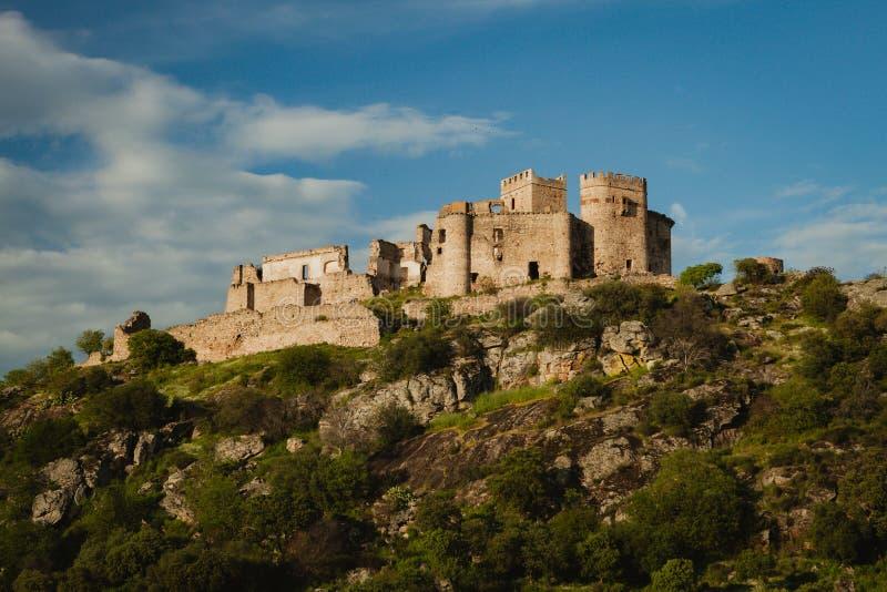 Mooi Spaans oud kasteel over een heuvel en een mooie hemel royalty-vrije stock fotografie