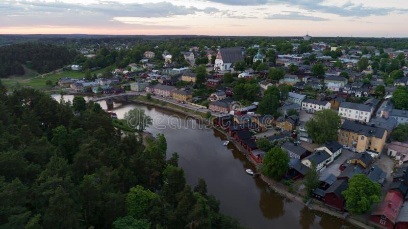Mooi stadslandschap met idyllische rivier en oude gebouwen bij de zomeravond in Porvoo, Finland stock foto