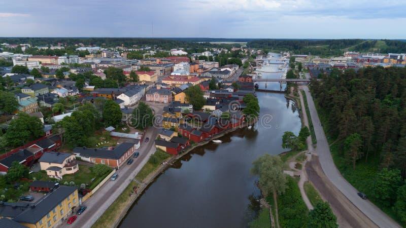 Mooi stadslandschap met idyllische rivier en oude gebouwen bij de zomeravond in Porvoo, Finland stock fotografie