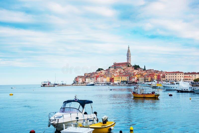 Mooi stadslandschap met overzeese boten, kleurrijke huizen en een oude toren in Rovinj, Kroati?, Europa vakantie, rust - royalty-vrije stock foto