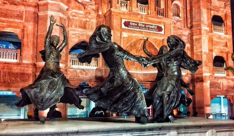 Mooi standbeeld van dansende mensen royalty-vrije stock afbeelding