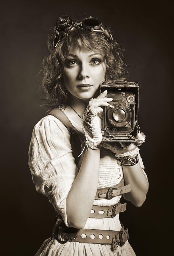 Mooi steampunkmeisje met oude camera Ouderwets stock foto