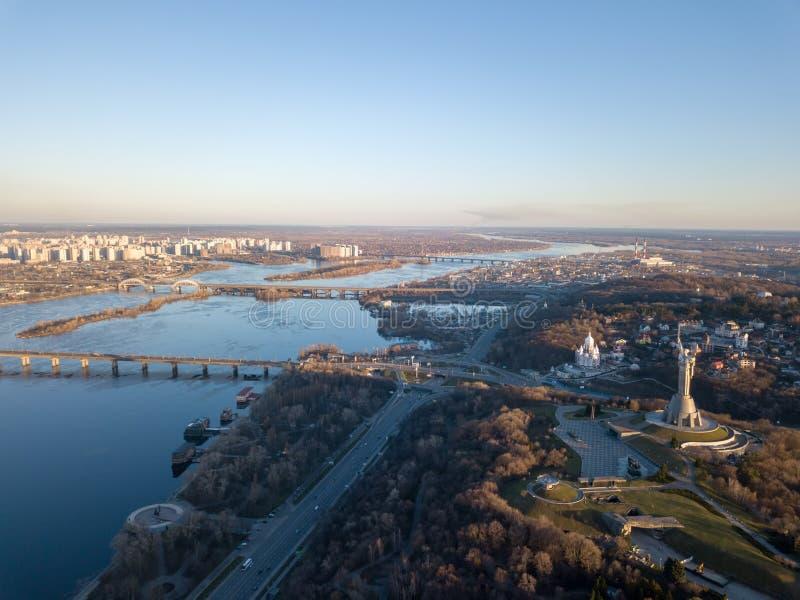 Mooi stedelijk landschap op de linker, rechteroevers van Dnieper, Kiev, de Oekraïne, moderne architectuur tegen het blauw stock afbeelding