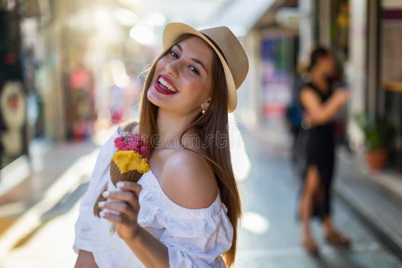 Mooi stedelijk meisje met een roomijs in haar hand stock foto