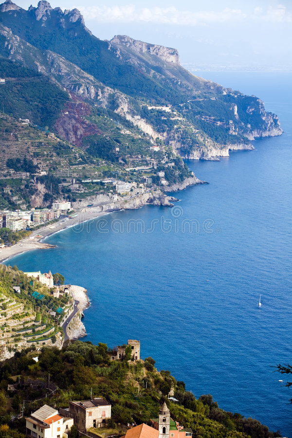Mooi steil dorp van Costiera Amalfitana stock foto's
