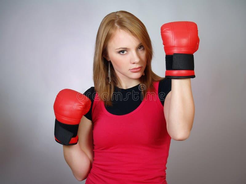 mooi sterk meisje in rode handschoenen voor het in dozen doen royalty-vrije stock fotografie