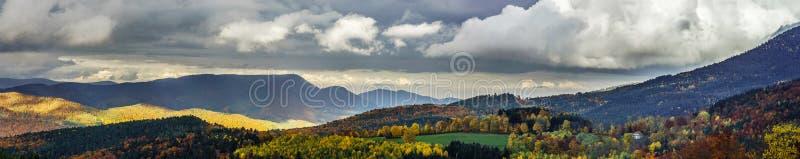 Mooi stormachtig weer over het bergenpanorama stock foto's