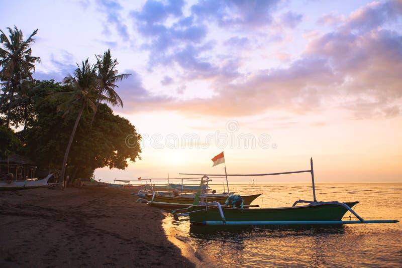 Mooi strand in Bali bij zonsondergang, exotisch landschap met boten, Lovina royalty-vrije stock foto