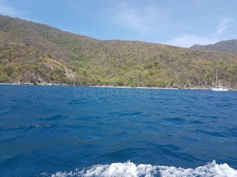 Mooi strand in een natuurlijk paradijs met schoon water royalty-vrije stock afbeelding