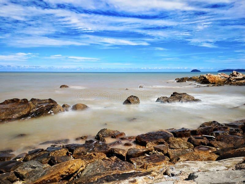 Mooi Strand met blauwe hemel royalty-vrije stock afbeeldingen
