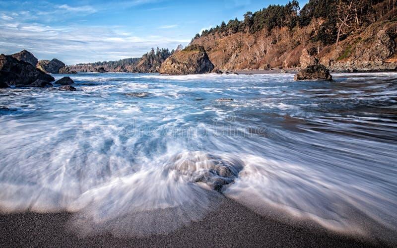 Mooi Strand met Oceaangolven royalty-vrije stock foto