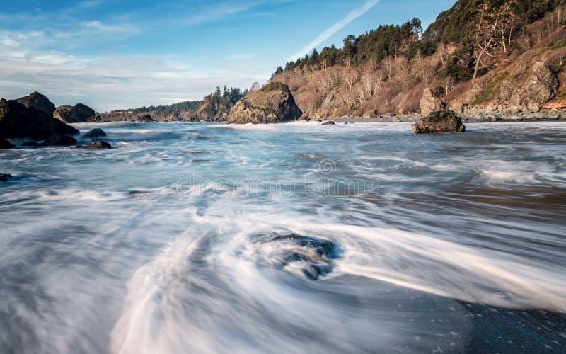 Mooi Strand met Oceaangolven royalty-vrije stock fotografie