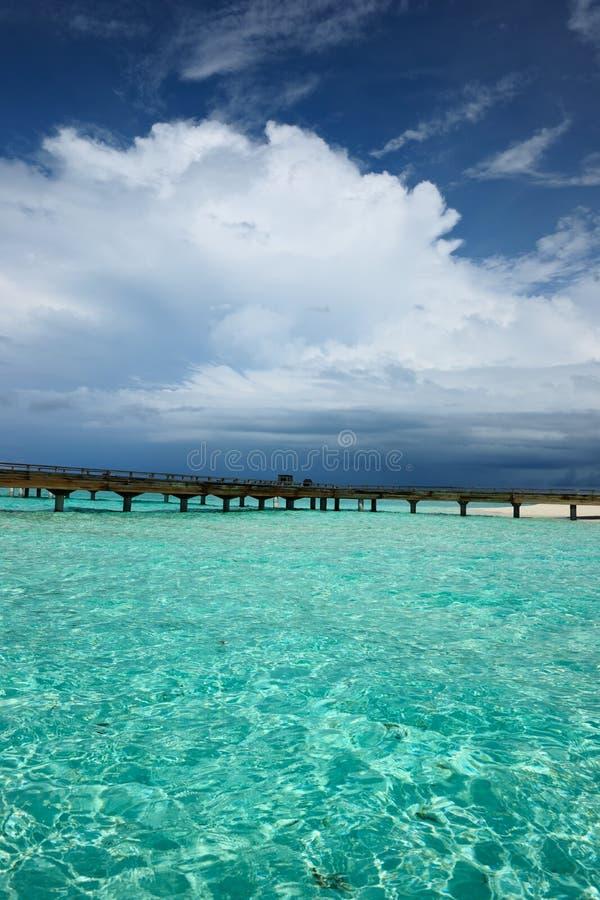 Download Mooi strand met pier stock afbeelding. Afbeelding bestaande uit zand - 29504333