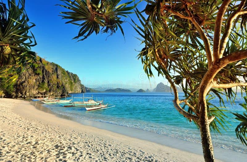 Mooi strand met rotsen op de achtergrond van de eilanden stock foto