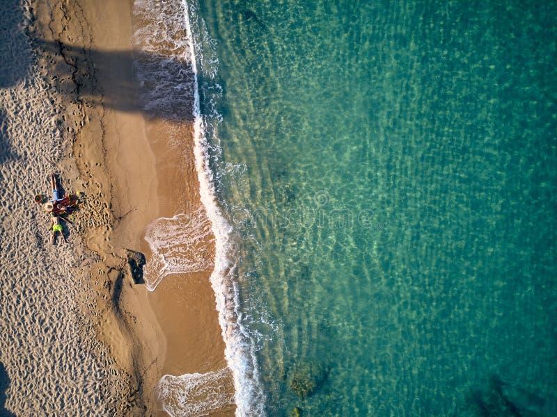 Mooi strand met schot van de familie het hoogste mening stock foto