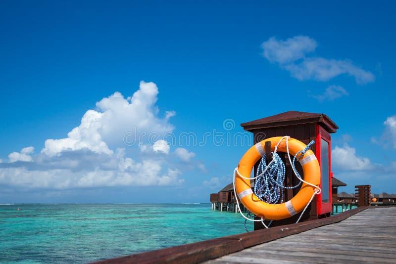 Mooi strand met waterbungalowwen in de Maldiven stock fotografie