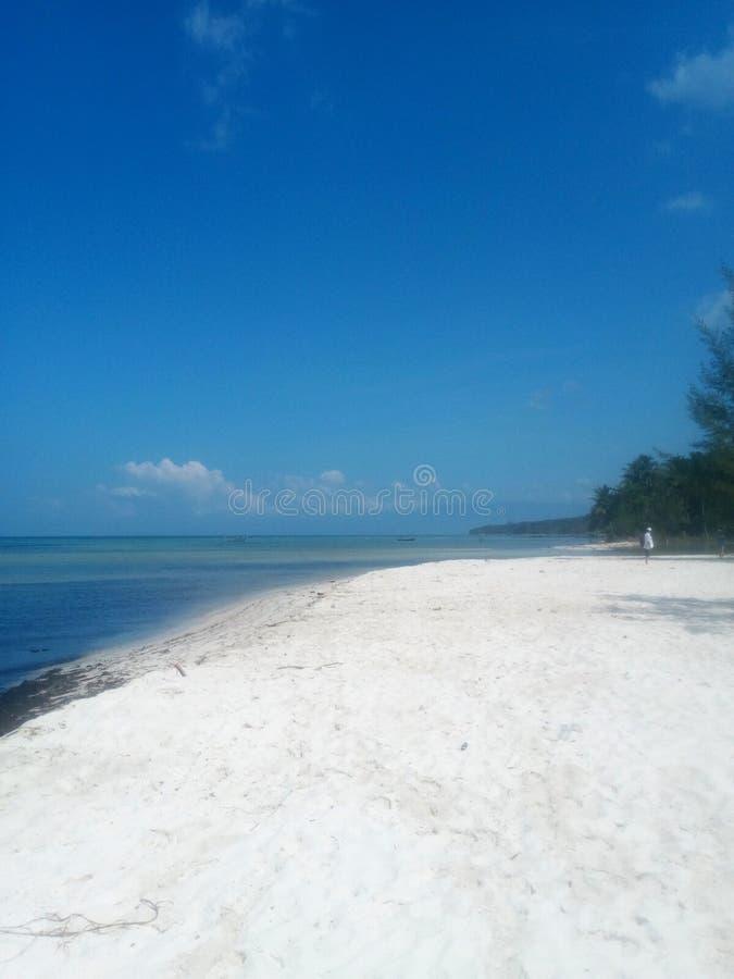 Mooi strand met wit zand op het strand stock afbeeldingen