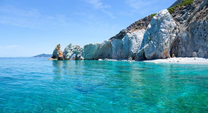 Mooi strand met zeer duidelijk water royalty-vrije stock afbeelding