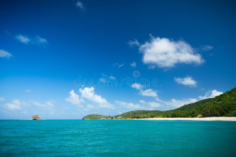 Mooi strand op antigua stock afbeelding