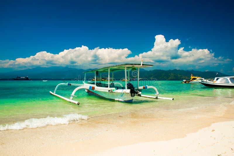 Mooi Strand op Gili Trawangan met kleurrijke kleine houten boten, Gili-eilanden, Lombok, Indonesië royalty-vrije stock foto
