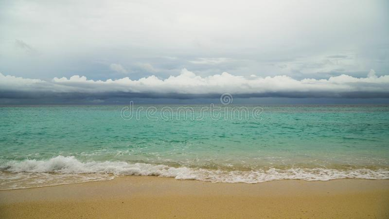 Mooi strand op tropisch eiland in stormachtig weer Boracayeiland Filippijnen stock foto's