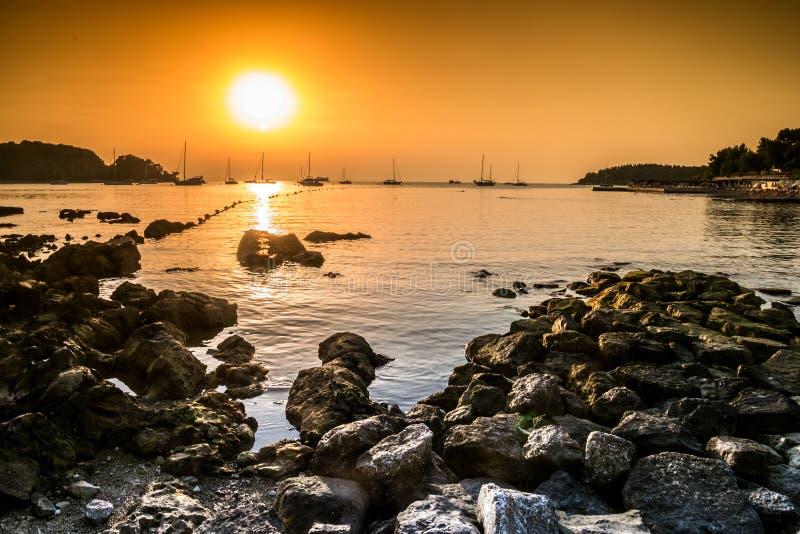 Mooi strand tijdens zonsondergang in Rovinj, Kroatië stock fotografie