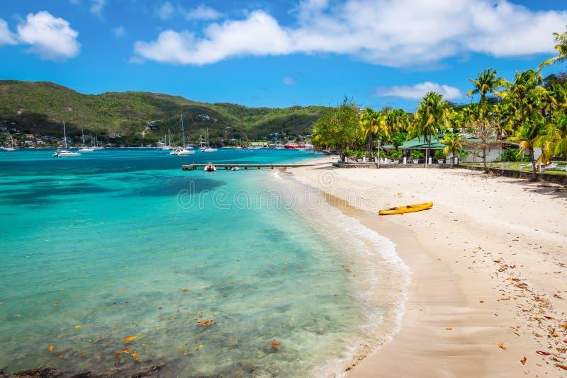 Mooi strand van Bequia, St Vincent en de Grenadines royalty-vrije stock afbeeldingen