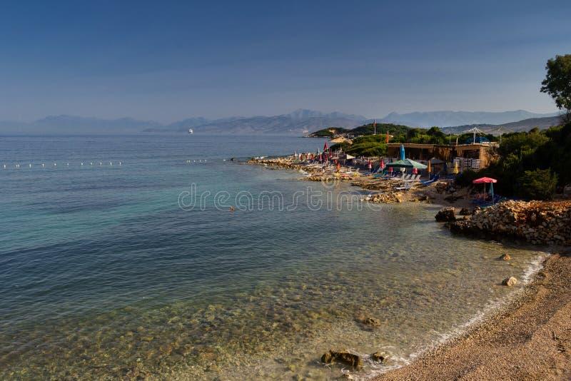 Mooi strand voor een vakantie in Albani? Ionische overzees stock afbeeldingen