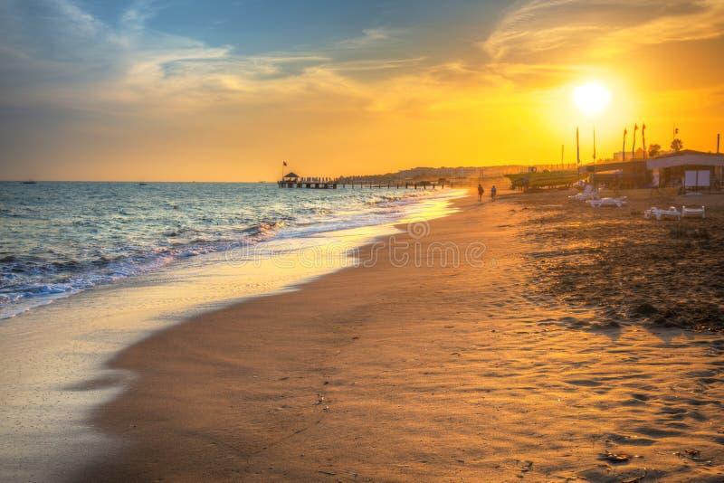 Mooi strandlandschap op Turkse Riviera bij zonsondergang, Kant stock afbeelding